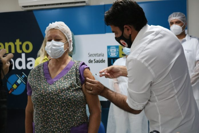 WhatsApp Image 2021 01 20 at 09.30.47 696x464 - Prefeito de São Bento, Jarques Lúcio, vacina os cinco primeiros profissionais de saúde contra a Covid - 19, na 1ª fase da campanha - São Bento